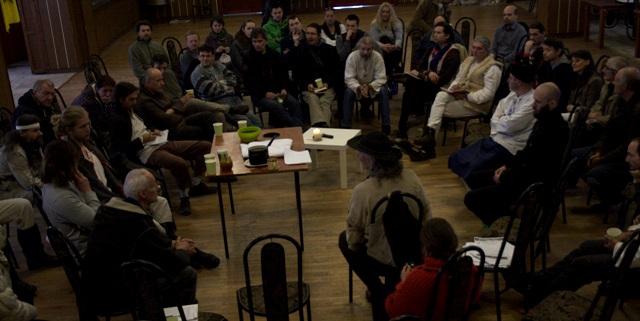 """Prírodní hospodári, ktorí po veľkom celoslovenskom zhromaždení zostali aj na nedeľu, prejednali niektoré spôsoby práce Gazdovskej obrody. Zhodli sa na označení zodpovedajúcich potravinových výrobkov slovom """"prírodné""""."""